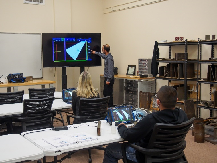 Students receive PAUT training at the Hellier NDT facility in Houston, Texas.